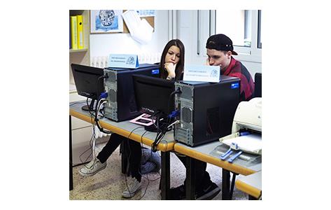 Foto estudiants a l'ordinador